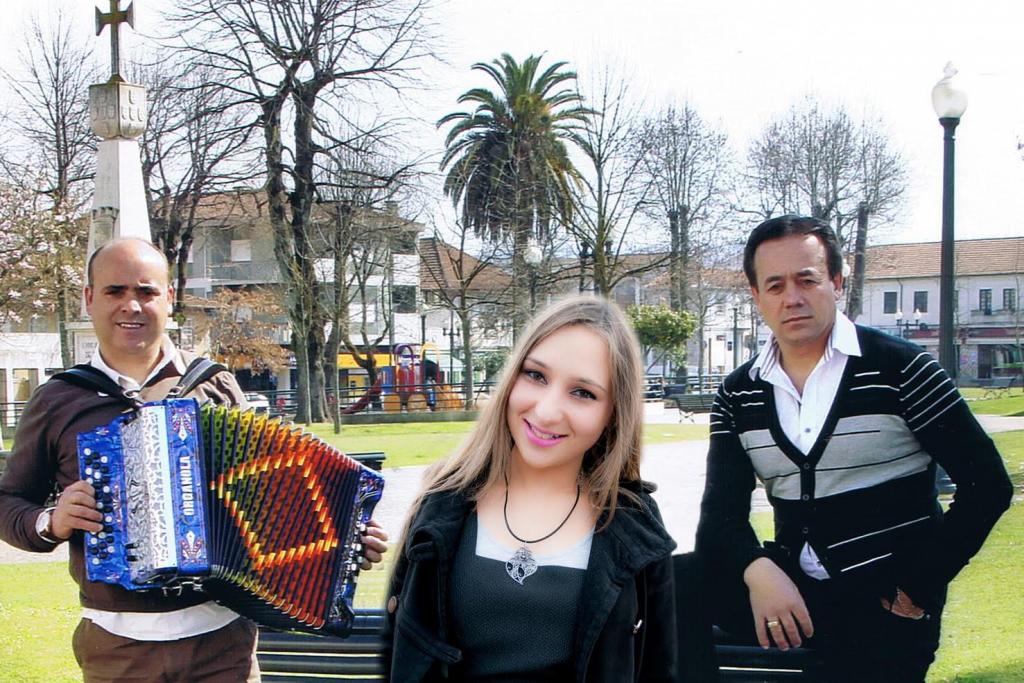 Augusto Moreira (à direita na foto) com a cantadora Cristina Sá e o tocador de concertina Joaquim Costa