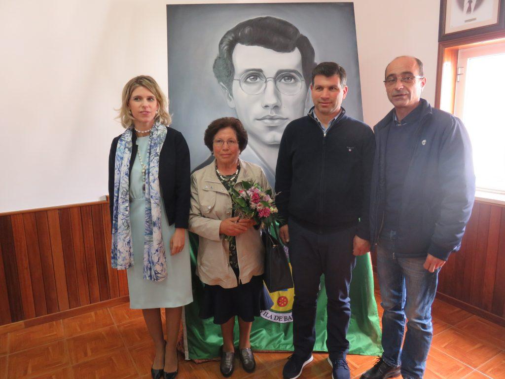 Os familiares do poeta com a vereadora da cultura e o presidente da junta de Baltar