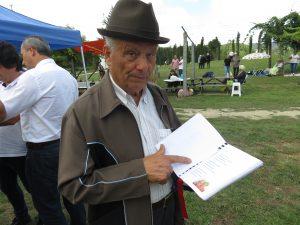 Dino de Meira, 82 anos, com o seu livro de poemas